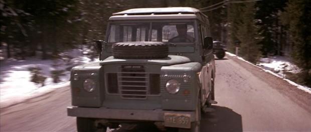 Csinos SIII-as Land Rover. Vicces, hoyg Stalone ordibálás nélkül tud benne beszélni,. A való életben ez nem menne neki.