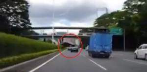 Meglepő balesetet úszott meg ez az autós