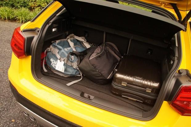 Kompakt autós méret, három táskával illusztrálva: nem nagy, de egy Golfénál nagyobb