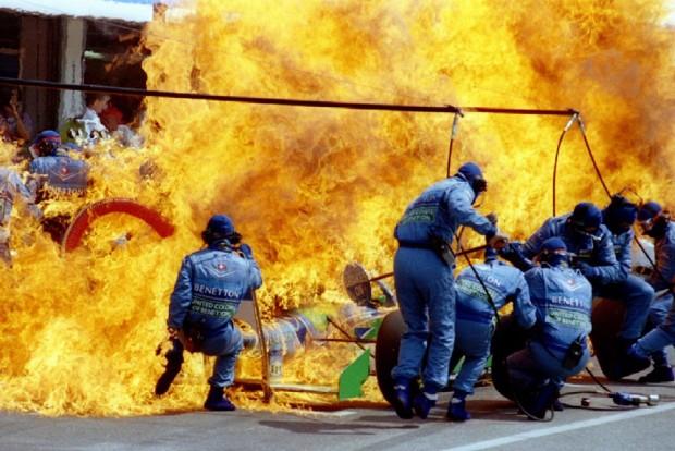 F1: Verstappent elborították a lángok