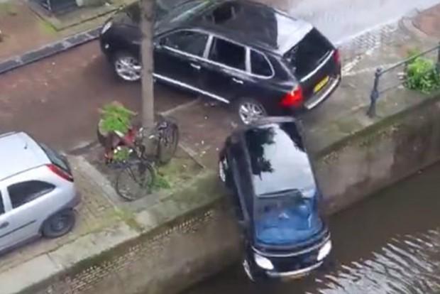 Folyóba lökte a Porsche a kisautót – Videó