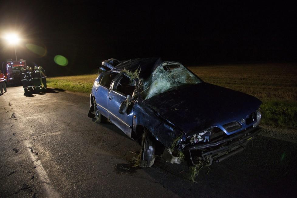 Csehimindszent, 2016. augusztus 5. Összeroncsolódott személyautó, amely elõzõleg lesodródott az útról és felborult Csehimindszent és Csipkerek között 2016. augusztus 5-én. Az autóban utazók közül egy férfi meghalt, egy férfi súlyosan, három pedig könnyebben megsérült. MTI Fotó: Varga György