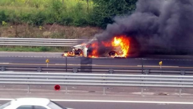Kigyulladt egy autó az M3-ason