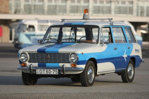 A régi képeket végignézve nem volt két egyforma fényezésű Zsiguli. Így kellett megtervezni az autót. Szép feladat.