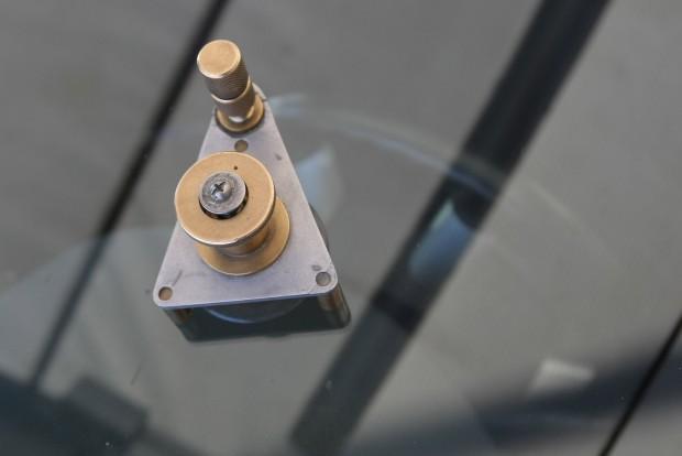 Tapadókorongos izé, amelyből a műgyanta a lyukba csordogál