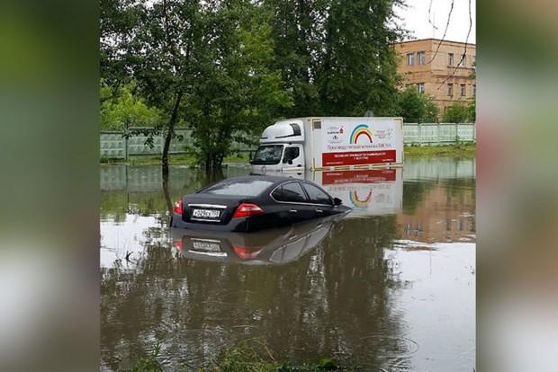 Kétszáz embert mentettek ki az esőben elakadt járművekből