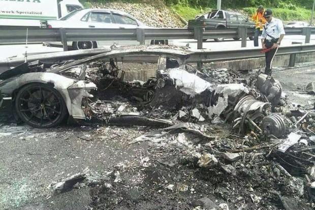 A szemük láttára égett porrá autójuk, nem tehettek semmit