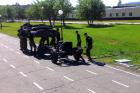 Irreális tempóban, öt perc alatt bontják atomjaira orosz katonák az UAZ-t