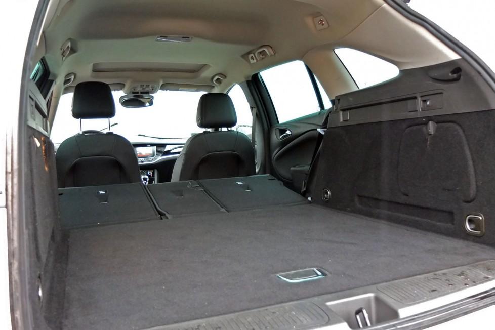 A csomagtér a hátsó ülések döntésével 40-20-40 arányban bővíthető