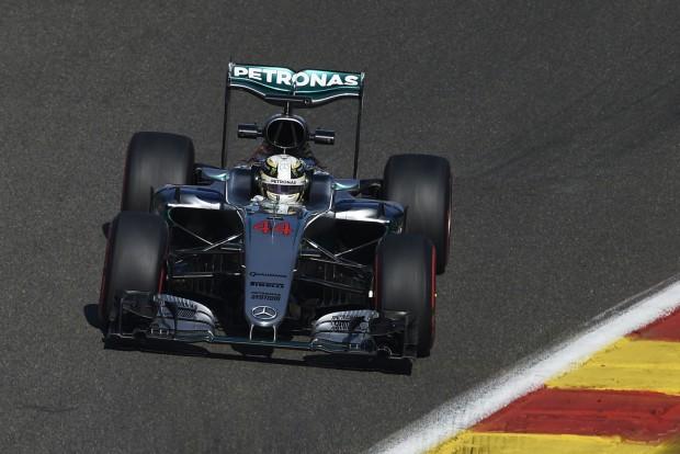 F1: A rajt előtt is büntették Hamiltont
