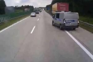 Nem szívbajos a lengyel rendőr, tolatott az autópályán