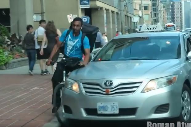 Taxira ütött a bringás, bosszúból ráhúzta a kormányt