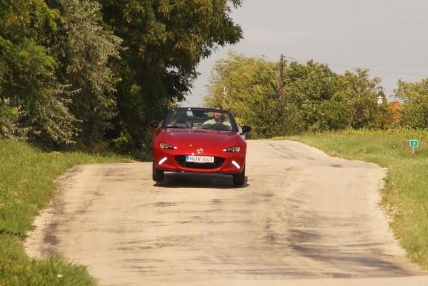 Az MX-5 elég kemény és könnyű kocsi ahhoz, hogy az első kerekek egy pillanatra elemelkedjenek még legális tempónál is a Szár és Újbarok közti huplin