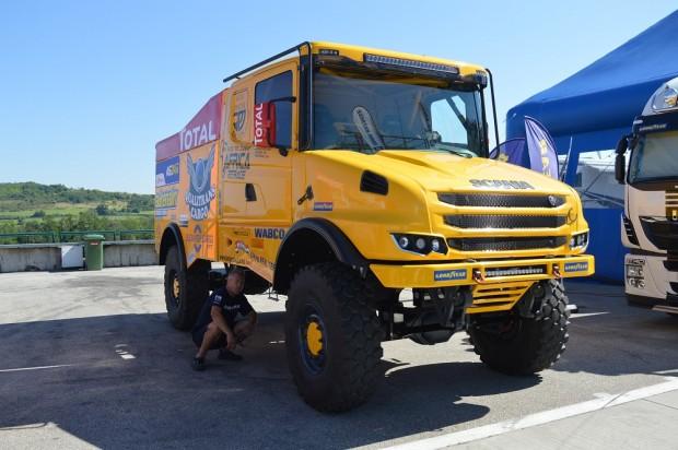 Ritka látvány ez a hatalmas Dakarra szánt Scania. A kép jól illusztrálja, hogy van aki guggolva is elfér alatt.