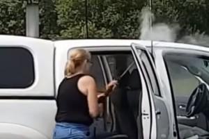 Te jó ég, mit művel ez a nő autómosás címén?