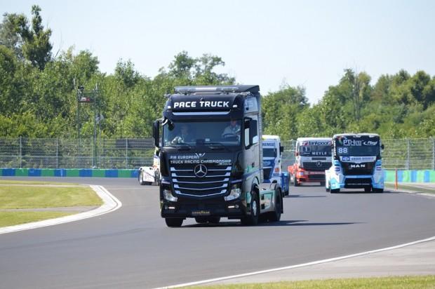 A képen jól látszik, hogy mennyivel nagyobb egy utcai nyergesvontató a FIA ETRC sorozatban használt versenykamionoknál. Ez a különbség néhány évtizeddel ezelőtt nem volt ilyen látványos, de most már nagyon szembe ötlő.