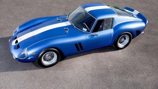 Pár hete talált magának új gazdát hajmeresztő 11 milliárd forintnak megfelelő összegért ez az 1962-es évjáratú Ferrari 250 GTO. A típus egyébként is mindig a középpontban van, ha drága veteránokról van szó, ám a konkrét darab élettörténete is figyelemre méltó. Ez volt az első 250 GTO, amit versenykörülmények között tettek próbára. Egyik tulajdonosa, Bernard Stayman 2500-ért vásárolta és 5400 dollárért adta tovább az akkor éppen piros színű sportkocsit '69-ben.