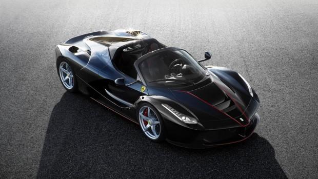 A Ferrari csúcsmodelljének, a LaFerrari-nak zárt változatából már minden darab elkelt, de most érkezik a nyitott Aperta változata. Természetesen ebben is a 6,3 literes V12-es motor dolgozik majd a KERS rendszerrel együtt, így garantált a 3 másodperc alatti 100-as gyorsulás. A hibrid rendszer összteljesítménye közel ezer lóerő. Az autóhoz szénszálas keménytető és vászontető is jár a bő 600 millió forintos vételár ellenében, ami valószínűleg pillanatokon belül többszörösére duzzadhat.