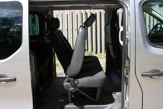 Pont az előredönthető háttámlájú szélső középső üléseken van a két Isofix-üléscsatlakozó, ami 4-5nél több utas esetén gondot okoz a hátraszállásban