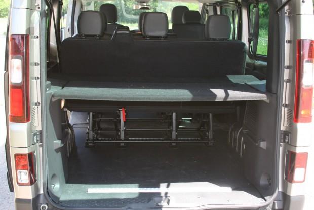 Csak az ülések között is van akkora hely, mint egy kompakt autó teljes csomagtere