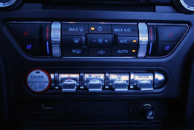 Remekül néz ki a kapcsolósor. Track üzemmódban vagy kikapcsolt ESP-vel észnél kell lenni