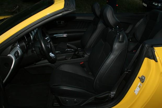 Jó az üléshelyzet, a puha, műbőrnek ható üléshuzat gyenge pont