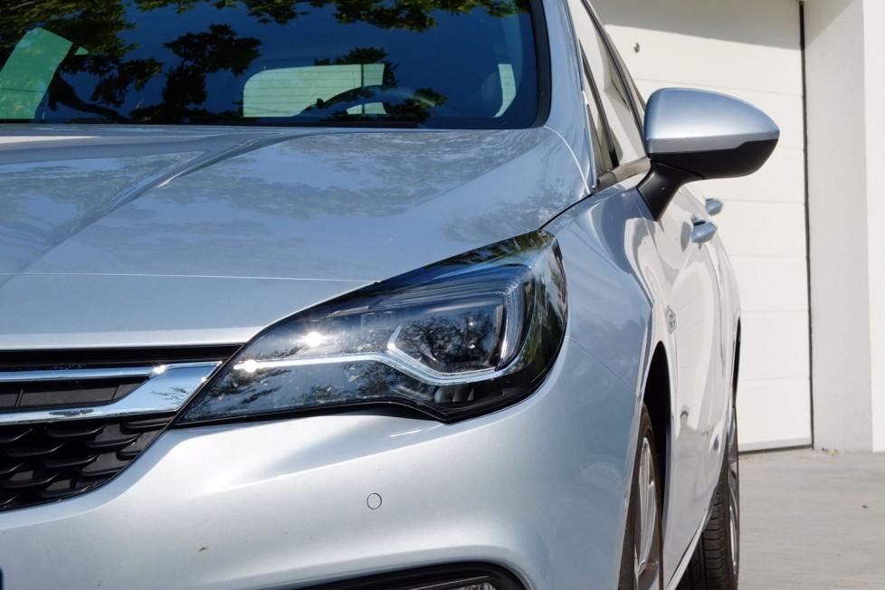Az Opel egyik csábító extrája a mátrix-LED fényszóró, ami sokat lendít az éjszakai vezetés biztonságán