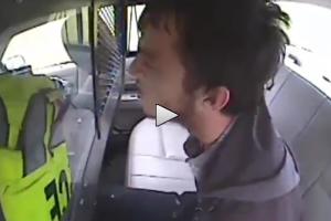 Kidobta magából a letartóztatottat a rendőrautó