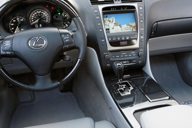 A 2010-es Lexus GS-ben még volt kazettás etetőnyílás is