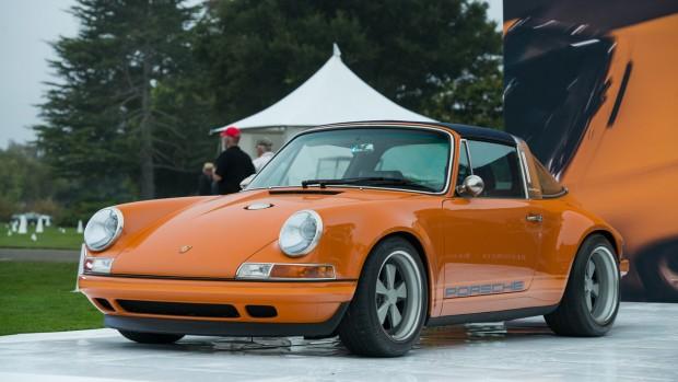 Összeállításunk talán legstílusosabb darabja a Porsche 911 Targa by Singer. Réginek látszik, pedig friss és ropogós, egyedi rendelés alapján készítik kézzel. Az autó farában egy 4 literes lökettérfogatú hathengeres boxermotor kapott helyet, amihez 6 sebességes kéziváltót társítottak. Állítható futóművel és minden finomsággal közel 170 millió forintnak megfelelő összeget is kérhetnek érte.