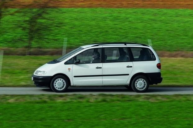 Szemből és hátulról lehet megkülönböztetni a két kocsit, oldalról csak nehezen. A fényezetlen lökhárítókat csak 1999-ig gyártották