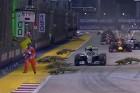 F1: Így röhög a net a pályán rohanó sportbírón