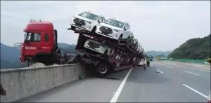 Megrázó fotók a 150 méter magasban lógó kamionról