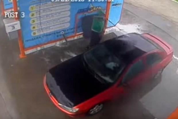 Magasnyomású mosóval kicsapni egy Peugeot belterét?