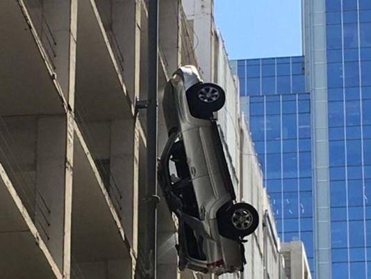 Pokoli videó, a 9. emeletről zuhant mélybe a kocsi