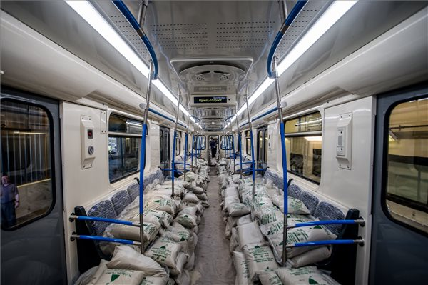 Na mi nem lesz a 3-as metró aranyáron felújított kocsijaiban?!