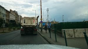 A nap képe: két melltartós teherautó a pesti rakparton