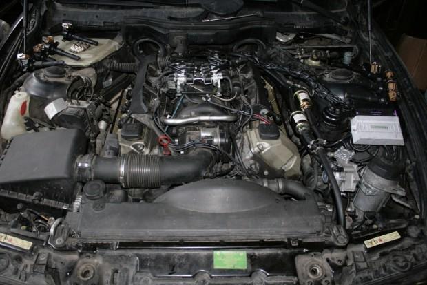 Tartós kapcsolat esetén érdemes átalakítani a kocsit LPG-üzeműre. Az autógázszett egy hathengeres autóra 250-300, egy V8-ra 350-400 ezres tétel. A 170 Ft körül üzemanyaggal és a magas fogyasztással a megtérülés pár tízezer kilométer. A hengersorok között a gázinjektorok láthatóak az E39-es BMW 540i motorterében