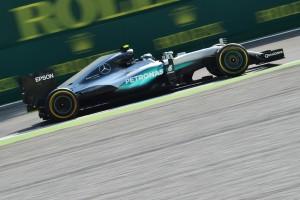 F1: Hamiltoné az edzés, de közelebb a Ferrari
