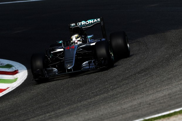F1: Hamilton lazán nyerte az időmérőt