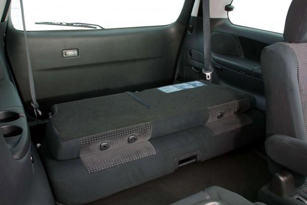 Összecsukható a hátsó pad, amely a padlóba fordítható