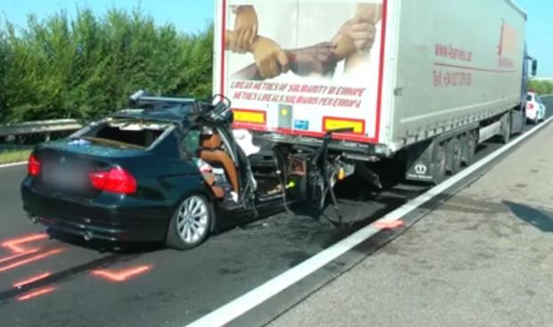 Métereken át vonszolta a kamion alá szorult autót