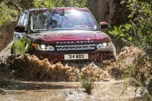 Brutális és takarékos hibridekkel erősít a Land Rover