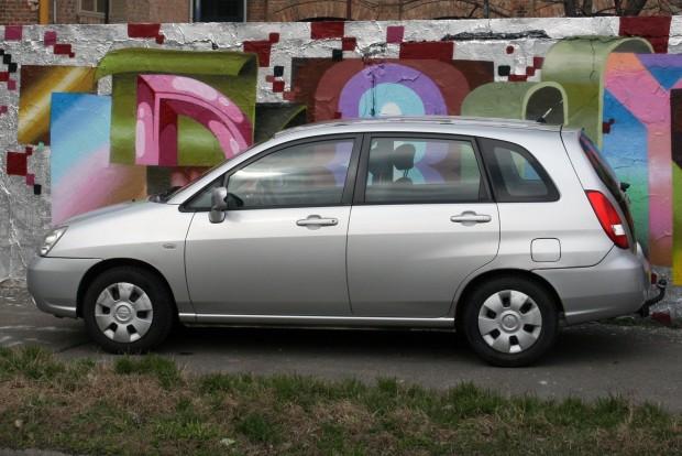 Szolgálatkészsége szinte megható egy 14 éves autótól. Most van 178 000 km a sokáig vezetett szervizkönyves, 1,3-as Suzuki Lianában