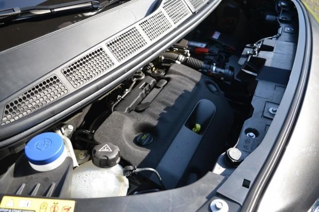 Jó mélyre kell annak nyúlnia, aki a Proace motorjának bütykölésére adja a fejét.