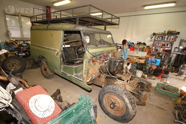 Földes Attila nem egy OT-rendszámos kocsit szeretne az autóból, amely mint egy kitömött vaddisznó, csak úgy van a fűtött garázsban. A cél egy működőképes terepjáró, amihez időközben jóval közelebb került a széria II-es szívódízel Land Rover
