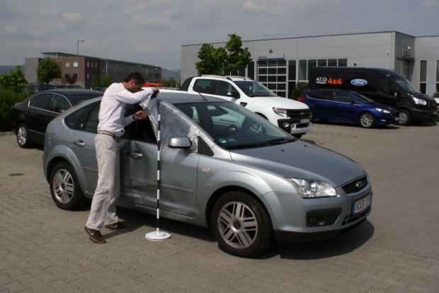 Egy néni beletolatott a sérülésmentes autó ajtajába. Kötelezőre javíttattuk meg egy gyári új autóval, amit elsőre nem akart állni a károkozó kötelező felelősségbiztosítója, de sikeresen reklamáltunk az ügyben