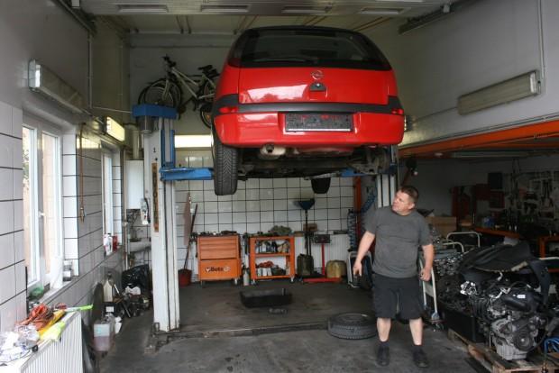 Ugyanúgy 5,3 litert fogyaszt autópályán a piros, szintén háromhengeres C Corsa, mint a sötétkék. A vezérműlánc cseréje mellett egy hátsó kerékcsapágy cseréjével indult a pályafutása a családban, nővérem első autójaként