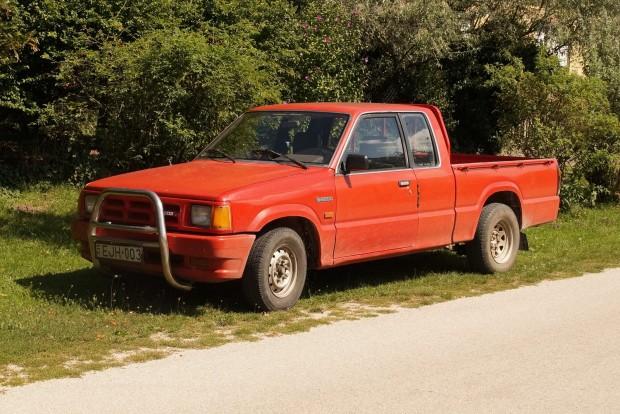 Rácz Tamás változatlanul imádja az E2200-as pickupot. Az alváz lakatolásába ölt százezrek után már ugratni is lehet vele