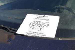 Az év üzenete egy magyar autó szélvédőjén